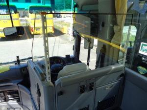 運転席と乗客席をアクリル板を設置しました。